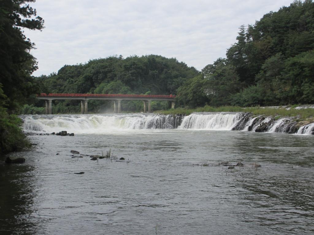 河原から見る乙字ヶ滝の滝姿