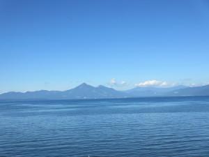 湖岸から見える湖そして山